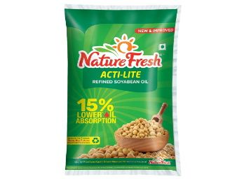 Nature Fresh Soyabean Oil Pouch, 1L at Rs. 99